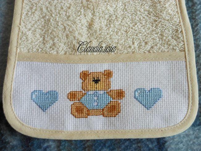 Bavaglino orsetto con camicia e cuori azzurri 2 dall for Idee punto croce neonati