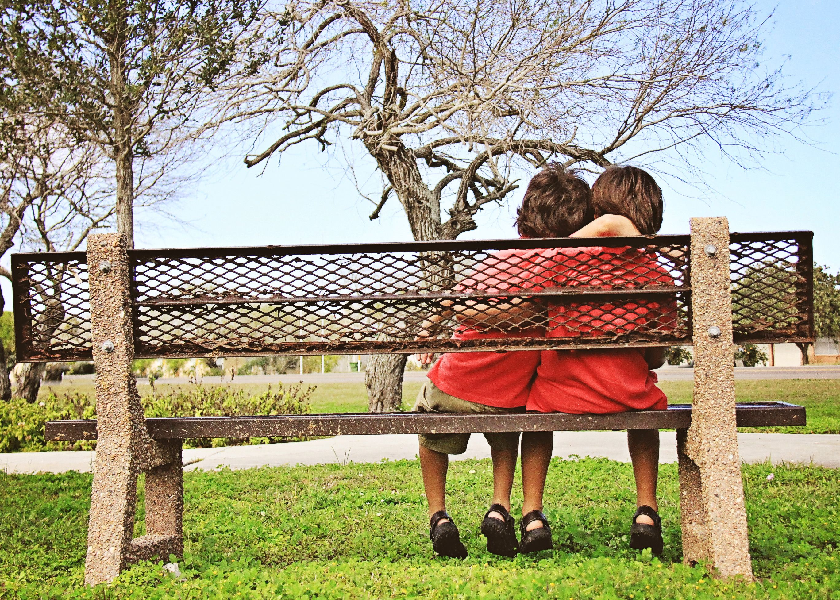 Red themed childrens photography | Iliasis Muniz Photography Red themed outfit ideas, sibling photo shoot, outdoor photography, natural light photography, posing ideas for childrens photo shoot, outfit ideas for chldrens photography, park bench prop.