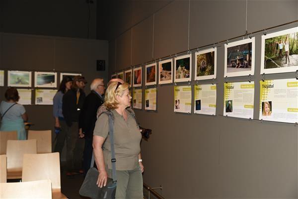 """Bild-Geschichten aus dem Thayatal - Seit dem 22. Mai gibt es sie bereits, die brandneue Fotoausstellung """"Bild-Geschichten"""" - zu sehen im neuen Kinosaal des Nationalparkzentrums. Was es mit dieser speziellen Ausstellung auf sich hat, wer daran aller mitgewirkt hat, was für spannende Geschichten sich dahinter verbergen und wie Du die Ausstellung noch bereichern kannst, das lässt sich im aktuellen Blogbeitrag des NP Thayatal nachlesen…"""