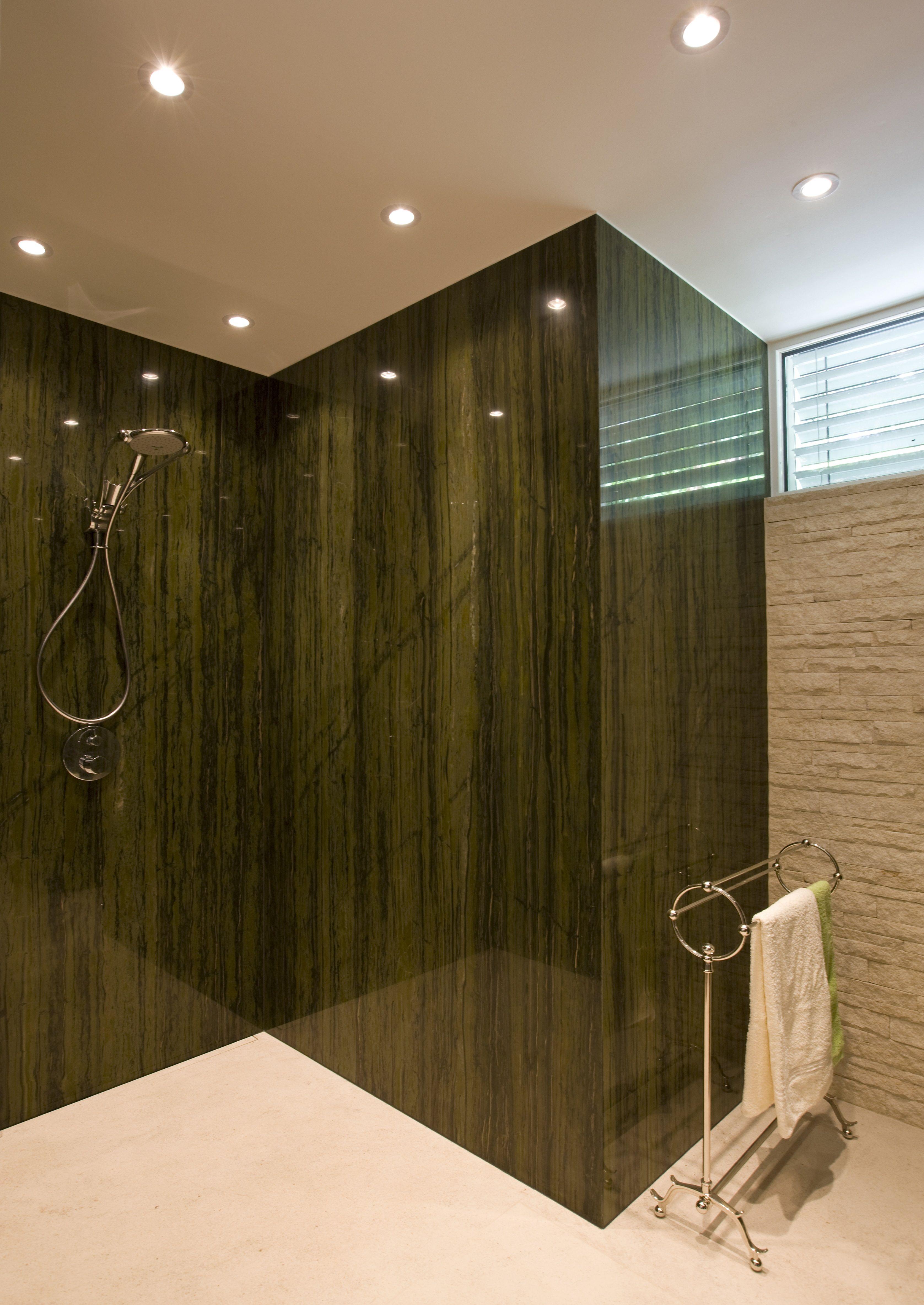 Begehbare Dusche mit raumhohen Natursteinwänden aus