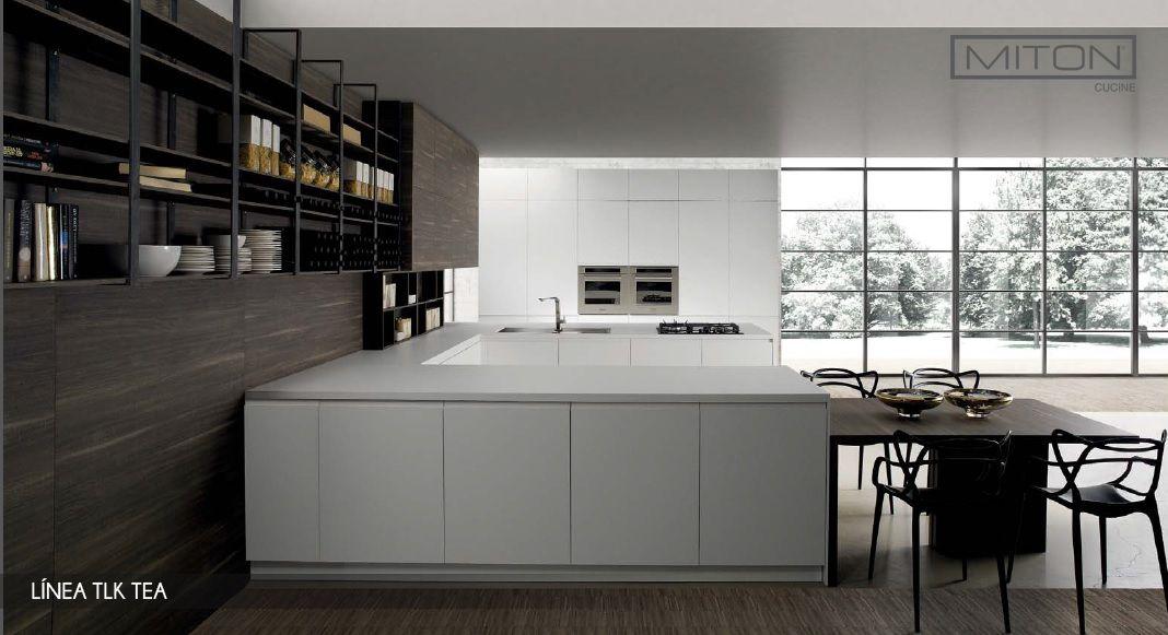 Mesones de #cocinas amplios, mesa de comedor y estantes para guardar ...