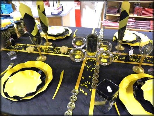 table de f te jaune et noir pour anniversaire ou r veillon. Black Bedroom Furniture Sets. Home Design Ideas