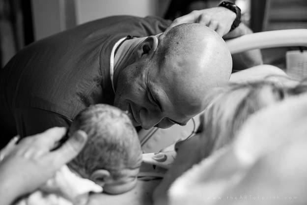 21 Emotional Photos Of Dads Meeting Their Babies For The First Time