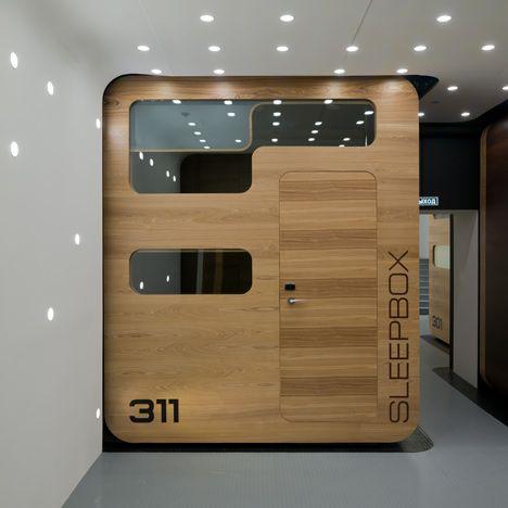 Sleepbox, es un concepto de hotel que consiste en una caja modular o cámara de sueño minimalista. Ha tenido gran éxito en algunos aeropuertos, debido a las espera que muchos pasajeros tienen y sus deseos de tomar un descanso. Claramente, es un producto nuevo y en mi opinión, demanda que se reclamaba, puesto que se ajusta a las necesidades de viajeros que sufren largas horas de espera…