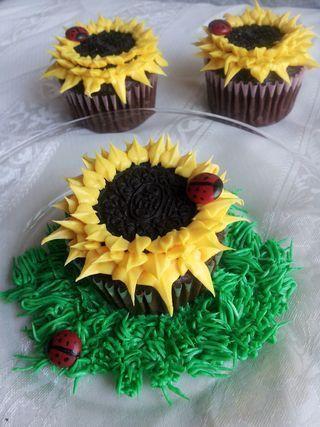 Oreo Sunflower Cupcakes (m&m Ladybug) #sunflowercupcakes sunflower cupcakes - a student brought these in today. SO CUTE. #sunflowercupcakes Oreo Sunflower Cupcakes (m&m Ladybug) #sunflowercupcakes sunflower cupcakes - a student brought these in today. SO CUTE. #sunflowercupcakes