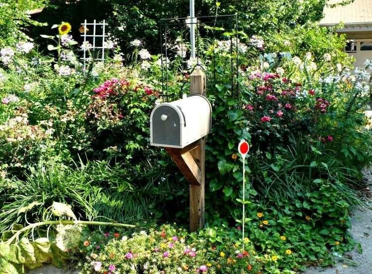 Landhausstil Garten üppig begrünter garten im landhausstil und eine postbox garten