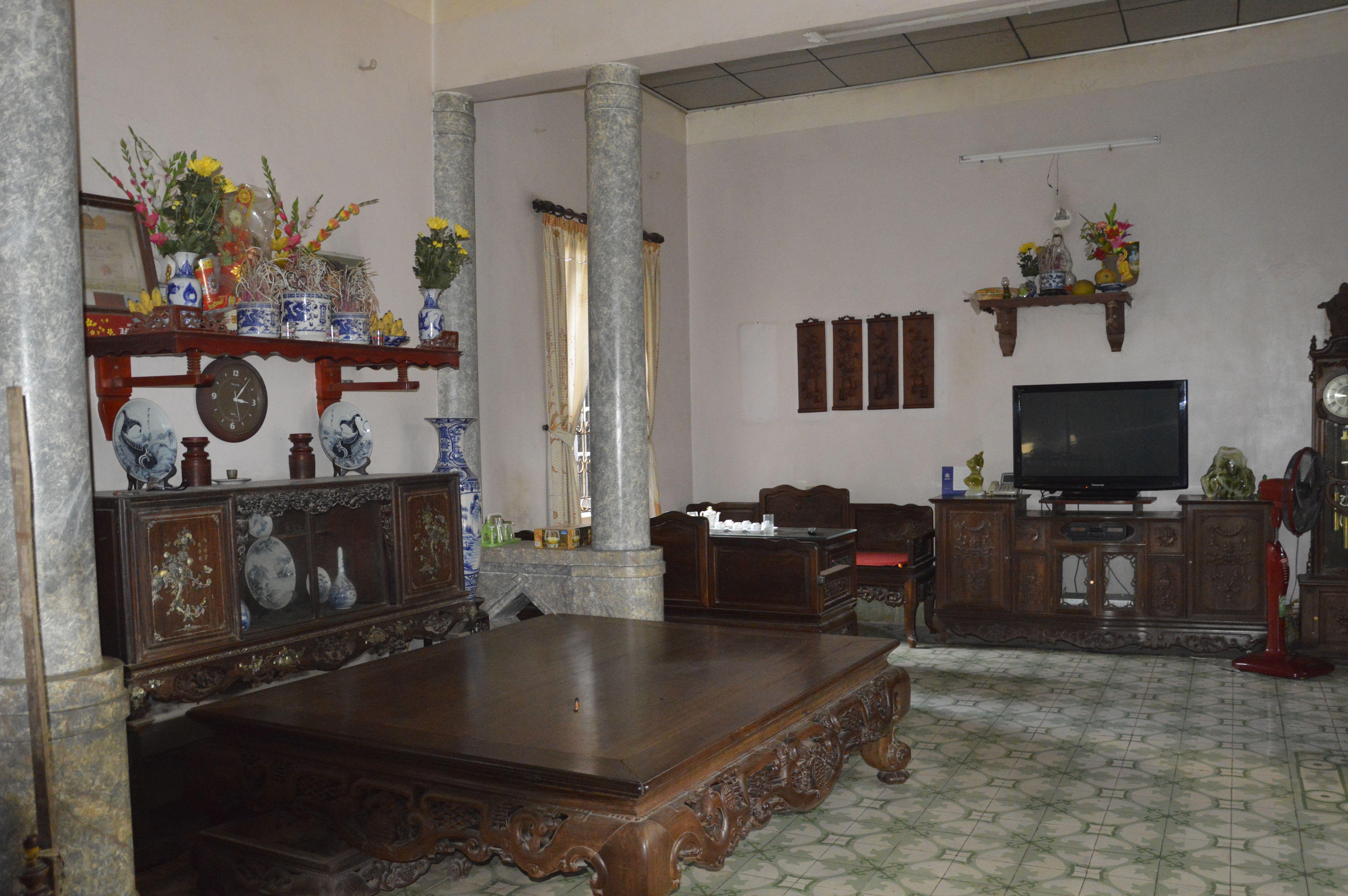 Salon à l'intérieur de l'ancienne maison authentique à Chua Thay. Http://aventure-vietnam.com