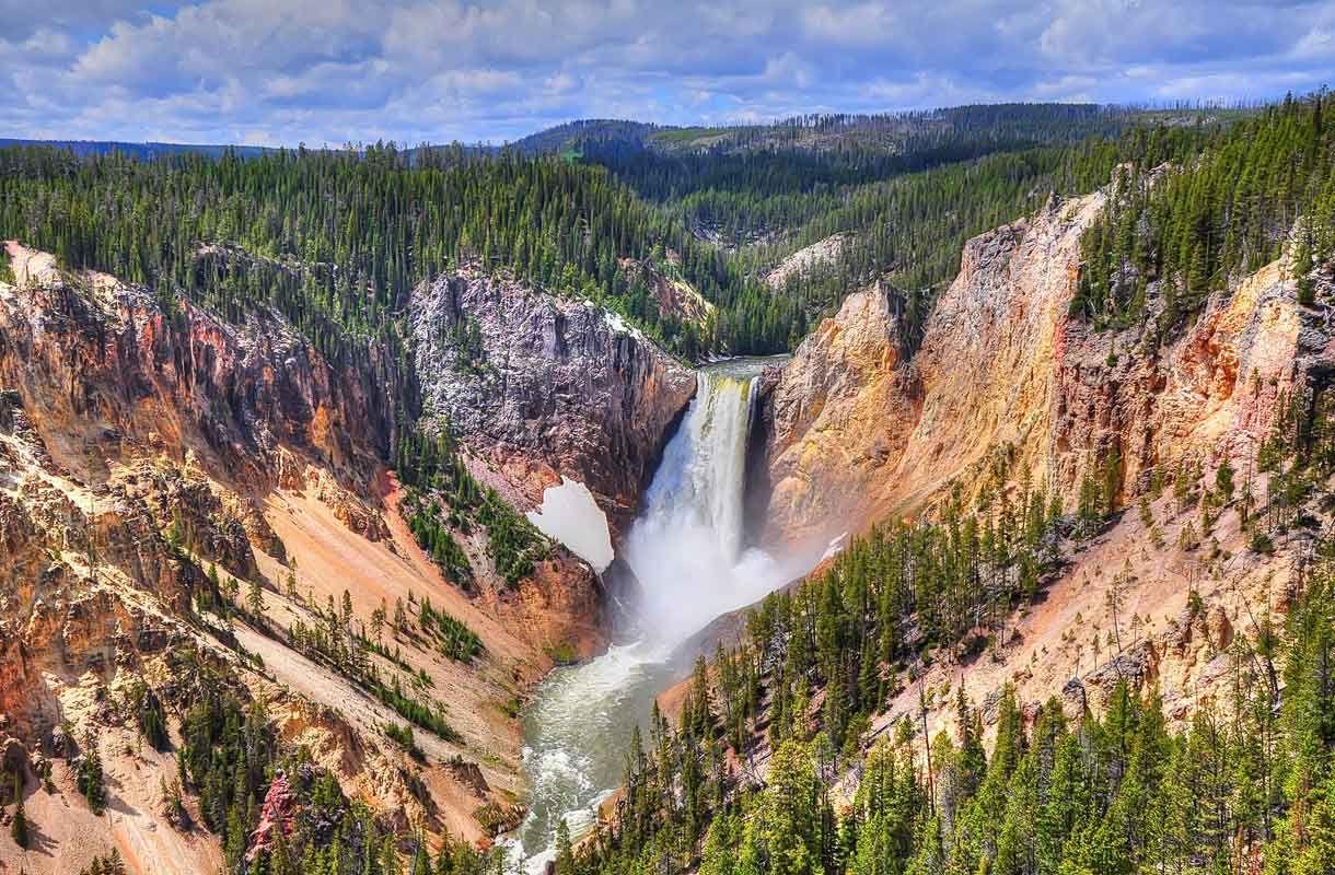 Yellowstonen kansallispuisto Yhdysvalloissa koki valtavan mullistuksen, kun sudet tuotiin takaisin puistoon vuonna 1995.