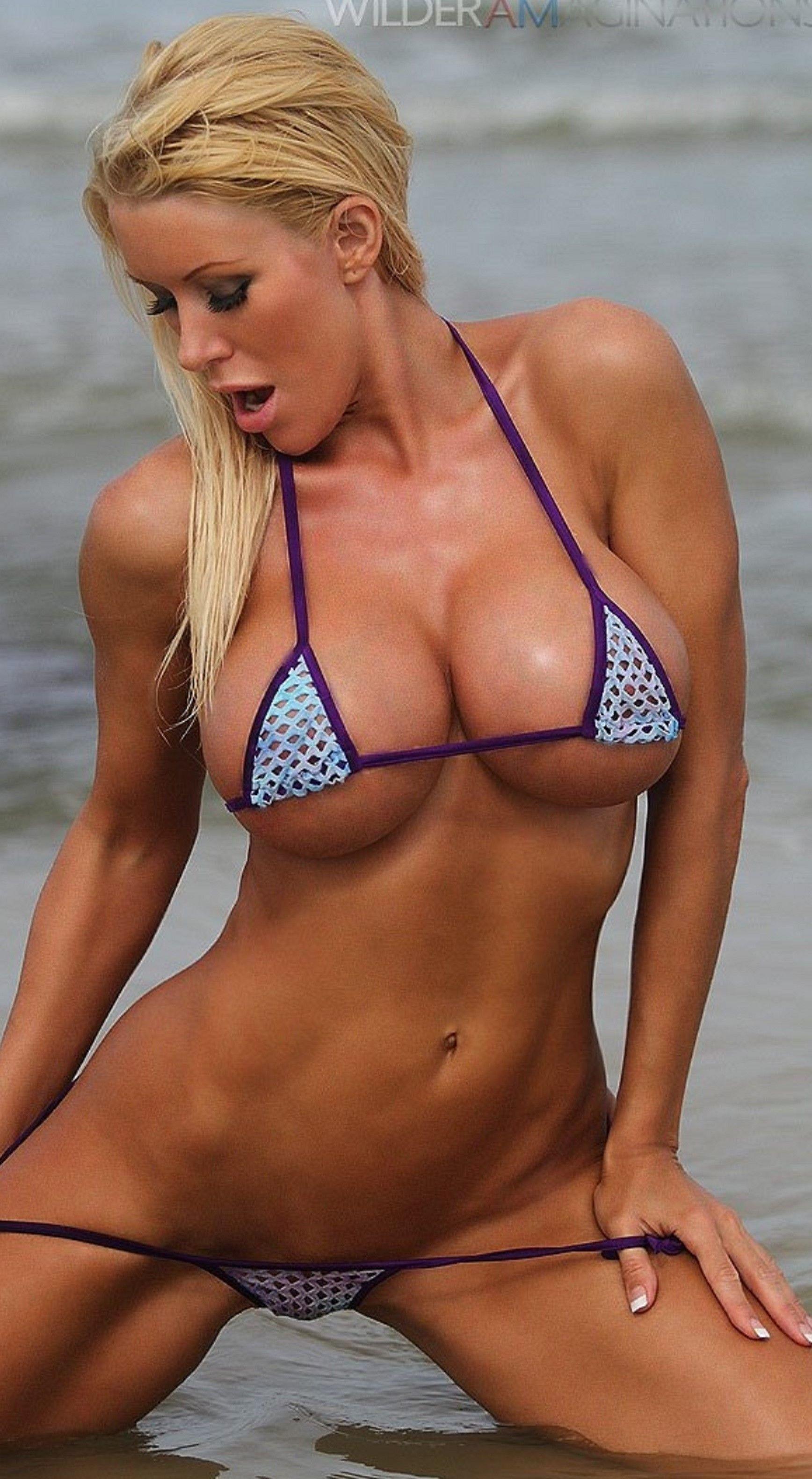 Heiße Mädchen in Bikinis bücken sich