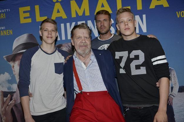 Vesa-Matti Loiri  poseerasi ylpeänä, vas.  Sampo ,  Joonas  ja  Ukko  -poikiensa kanssa. – Olen ehtinyt onnekseni lomailla Lapissa pari viikkoa.