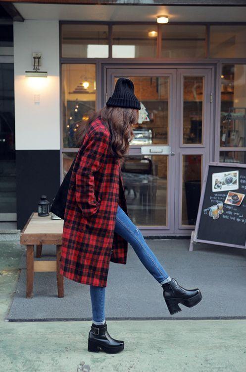 roter Mantel mit Schottenmuster, blaue enge Jeans, schwarze Leder Stiefeletten, schwarze Mütze für Damen #wintergrunge