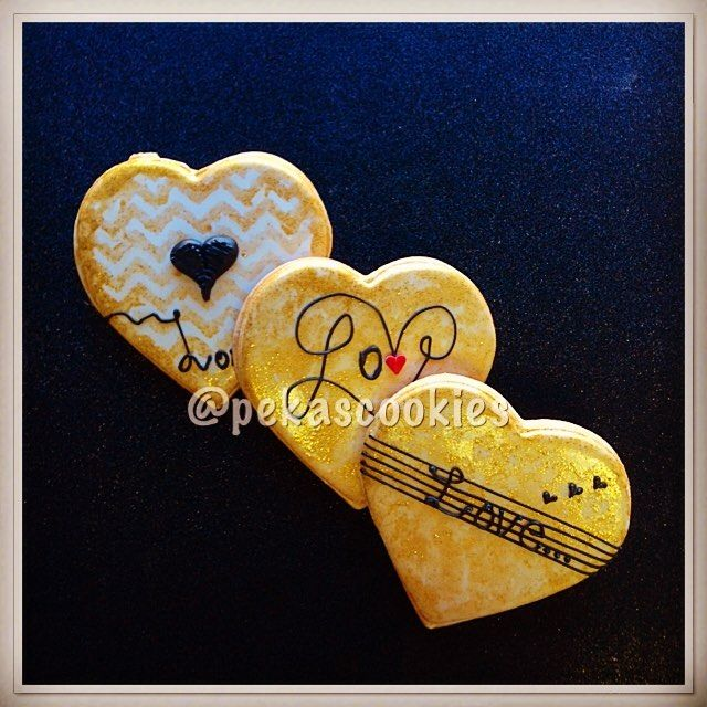 #pekascookies #pekascookiesgalletasdecoradas #sugarart  #sugarcookies #cookies  #decoratedcookies #customcookies #edibleart #icingcookies #royalicingart #galletas #galletasdecoradas #valentines #happyvalentinesday #handpaintedcookies  #handpainted #hearts #love