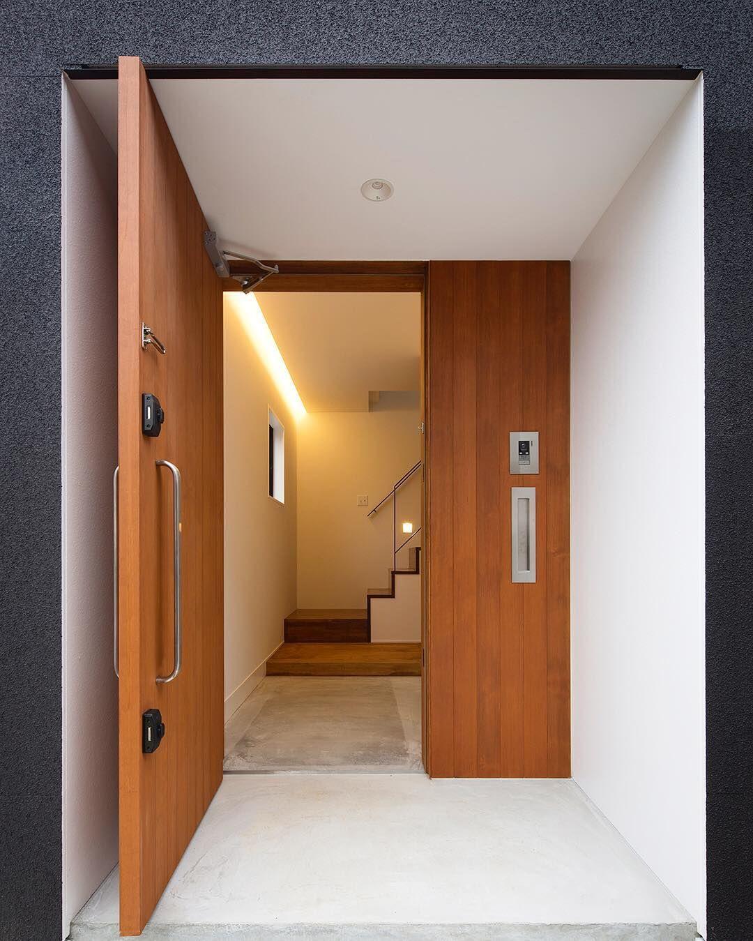 【和風モダンハウス】 壁と一体化する木製玄関扉。 #ldhomes #ラブデザインホームズ #architecture #建築 #interior #インテリア #design #デザイン#house #住宅 #注文住宅 #residence #家 #新築 #マイホーム #玄関 #エントランス #和風モダンハウス