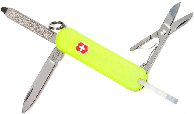 Endlich. Ein Schweizer Armee-Messer, das in der Dunkelheit leuchtet.