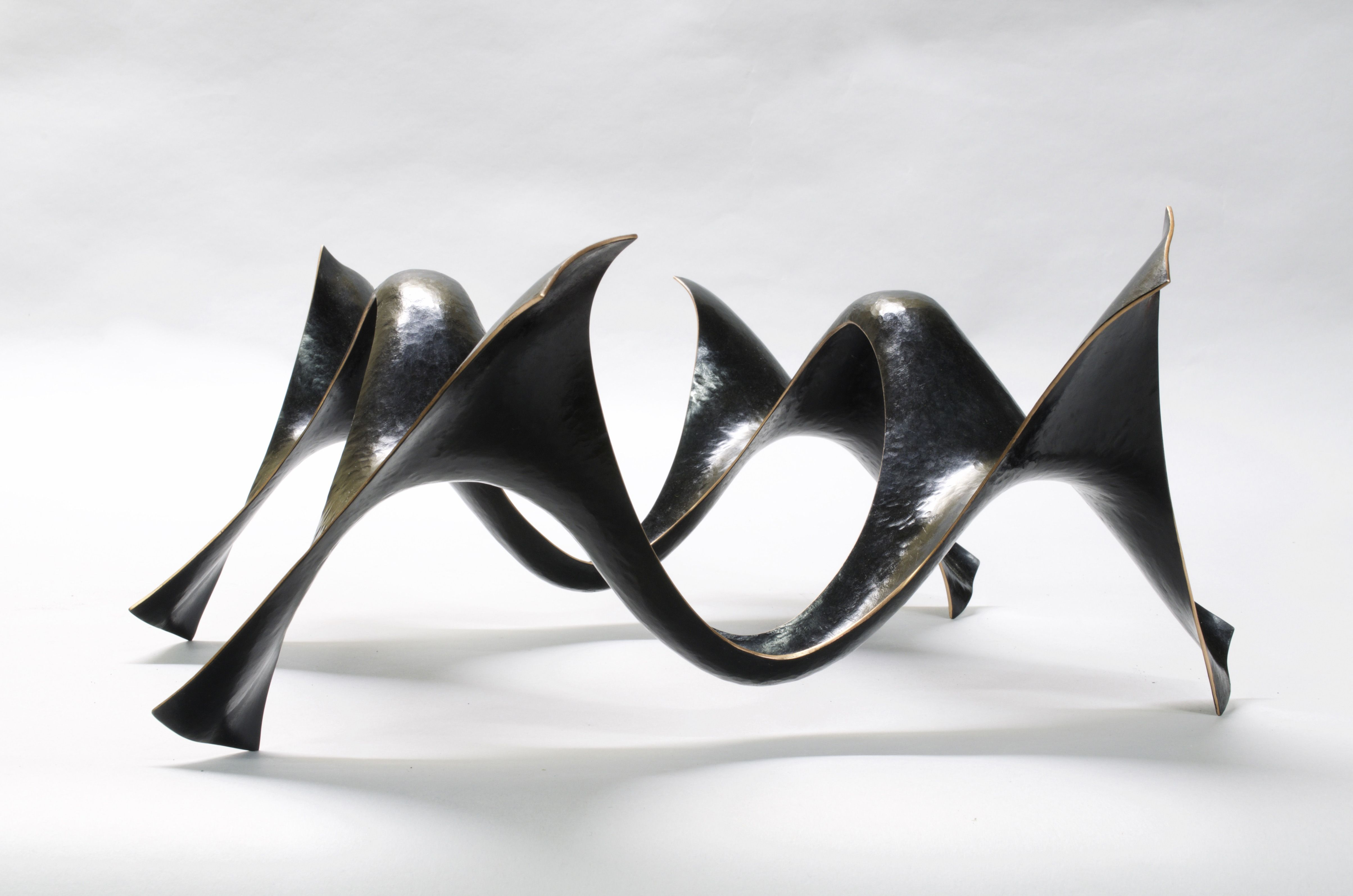 La Houle, sinusoïdes en suspension. Cuivre martelé et patiné par Ulysse Lacoste © DR #SalonRevelations #metiersdart #finecraft #madeinfrance #handcrafted #handmade #faitmain #contemporaryartist #sculpture #metalart #metallic #metal #metalwork #metalsculpture #metalsculpture