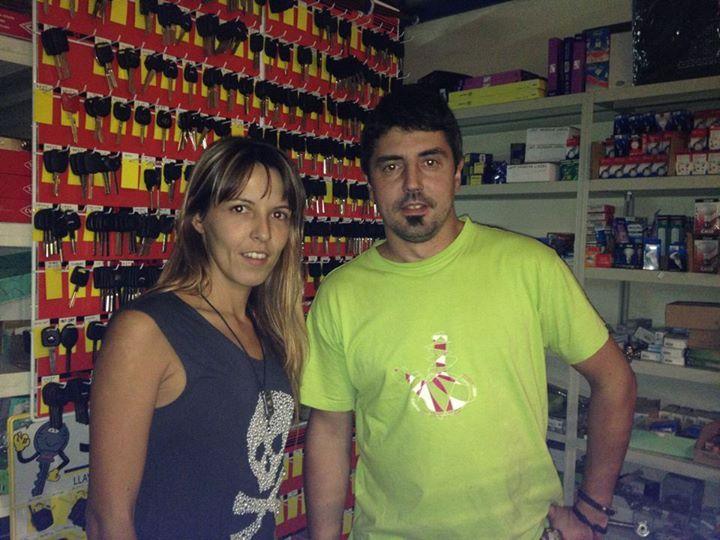 Javi Verano cerrajero profesional y Raquel quien les atenderá en nuestra cerrajería.