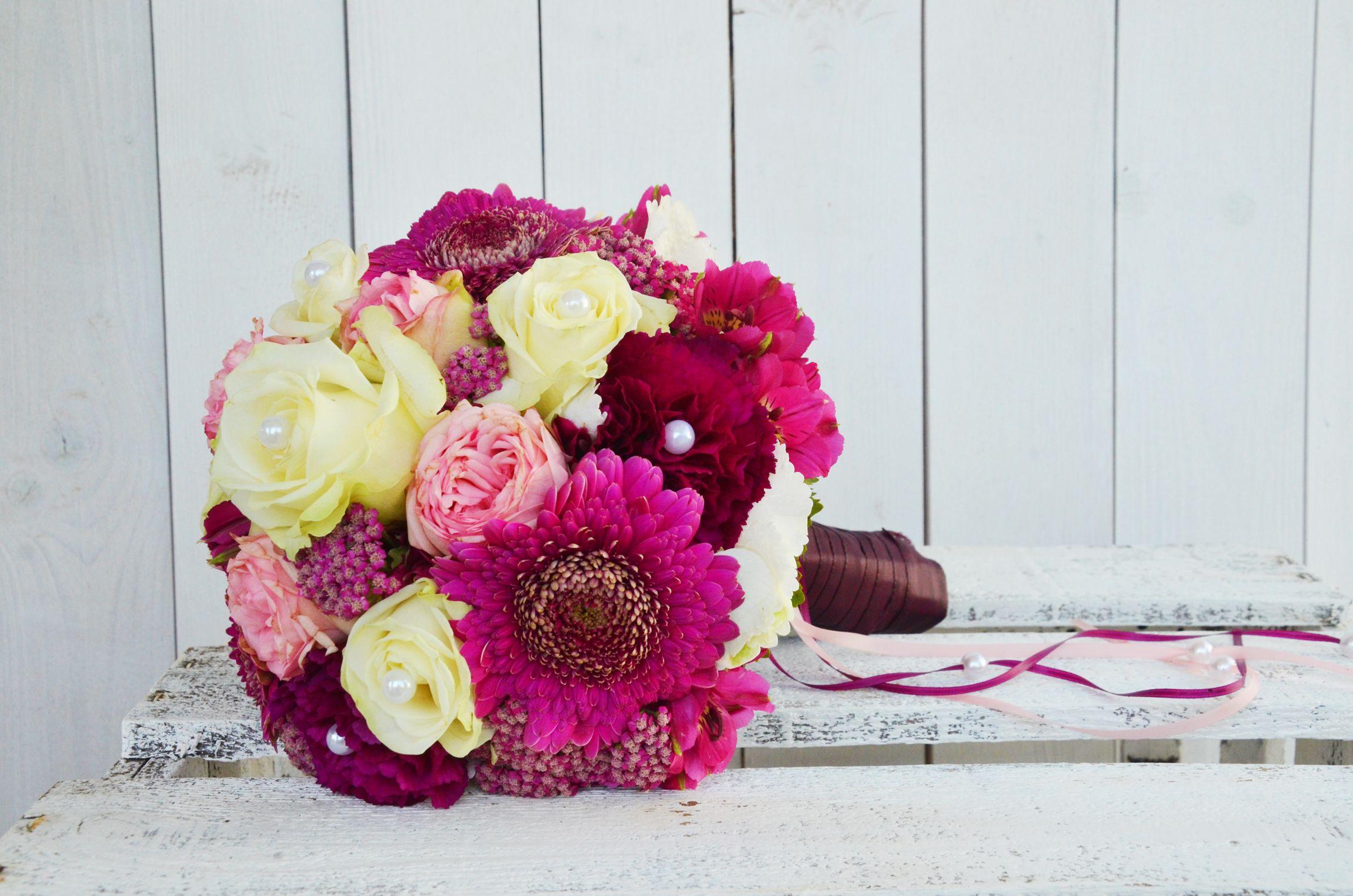 Das wichtigste #Accessoires der #Braut am Tag ihrer #Hochzeit ist der #Brautstrauss - dieser hier #strahlt in den #Farben #Creme #Pink #Beere und #Fuchsia - umgesetzt von unseren tollen #Floristinnen von #Deko & # Design - #weddingdecor #bride #bouquet #wedding #ideas #bridebouquet