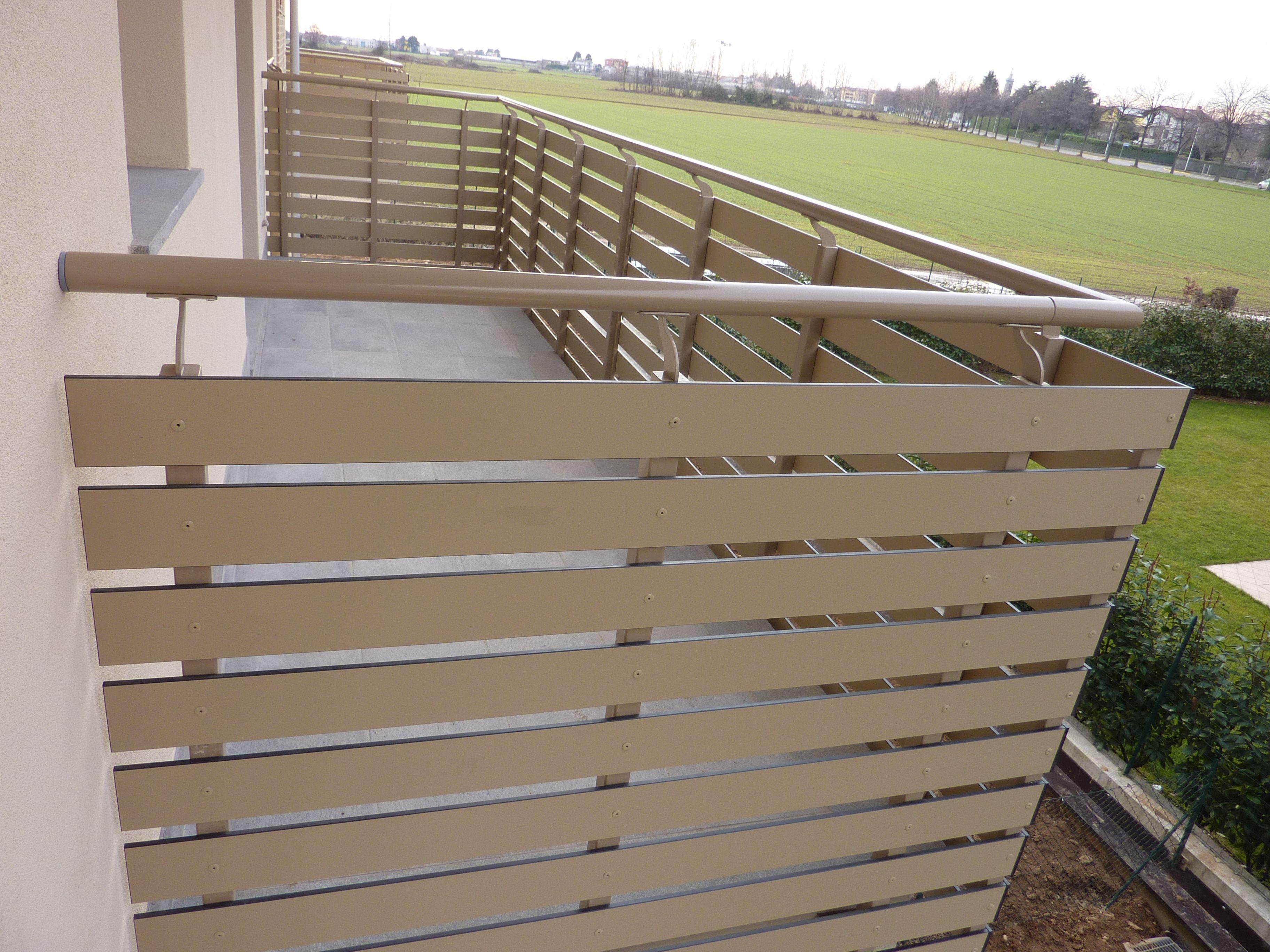 Nostra realizzazione balcone con pannelli hpl a doghe
