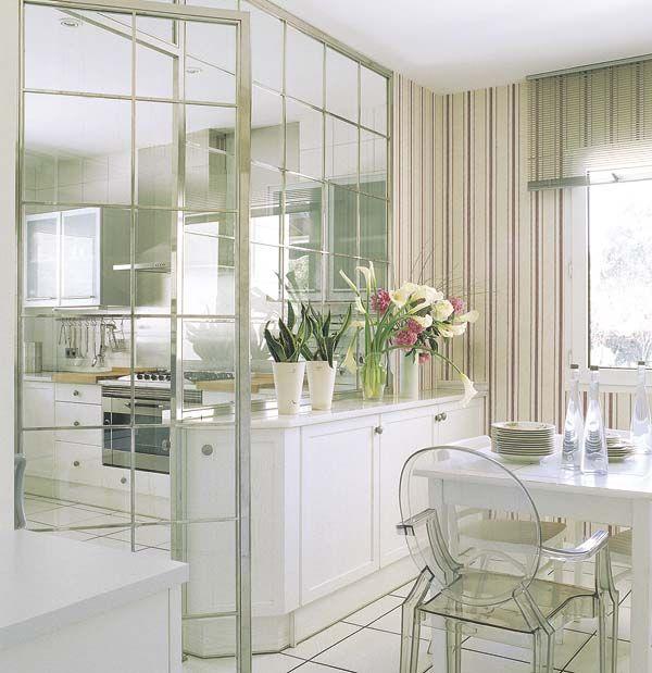 Cocina con pared de cristal para separar el comedor for Separacion de muebles cocina comedor
