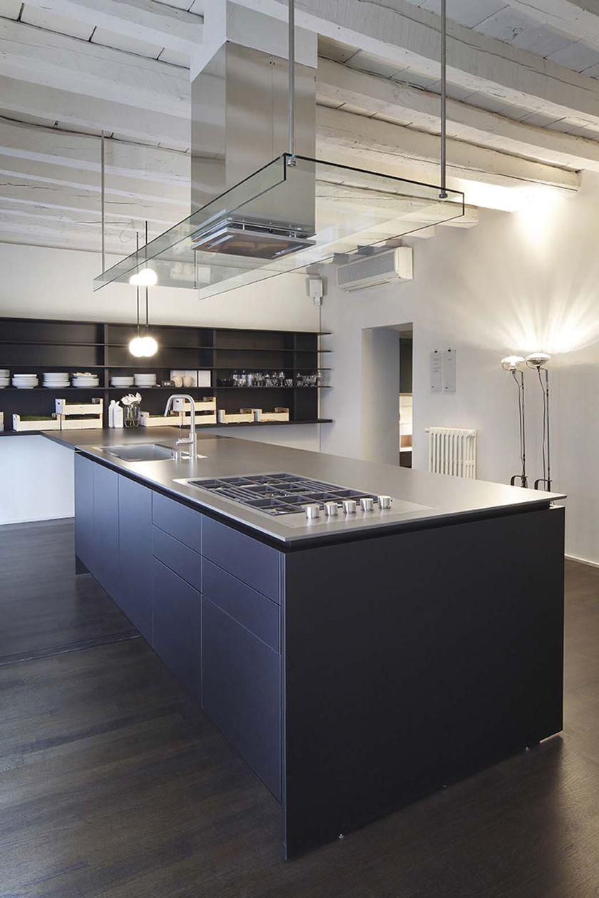 cocina en vivienda rehabilitada, isla central para fregadero y placa ...