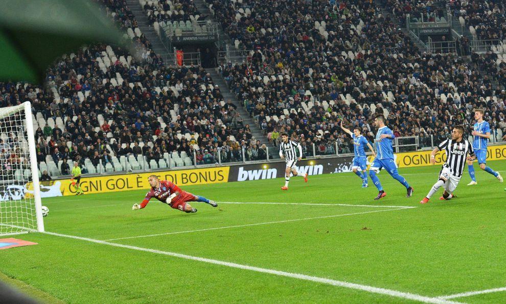 Allo Stadium contro la squadra di Sarri decidono il missile di Tevez e il gol di Pereyra
