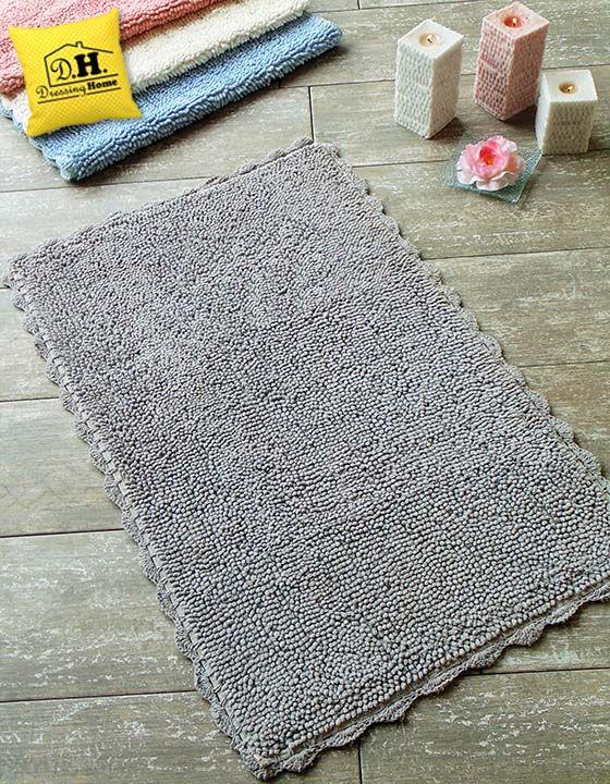 Tappeto bagno rettangolare con delicato bordo crochet in
