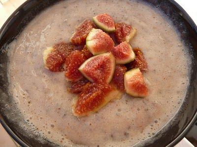Chia Müsli - aber fettfrei.  2 Bananen mit einem halben Glas Wasser mixen - Bananenmilch. 2 EL Chia Samen in die Bananenmilch einrühren und mindestens 10 Minuten ziehen lassen. Mit kleingeschnittenen Feigen garnieren.