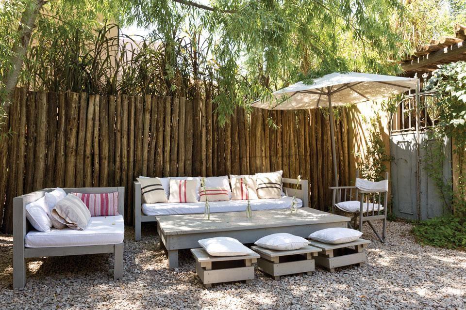 Diez formas de decorar el espacio exterior de tu casa  ¡Afuera también se pueden sumar almohadones! Siempre se pueden quitar cuando el clima no acompaña.  /Archivo LIVING