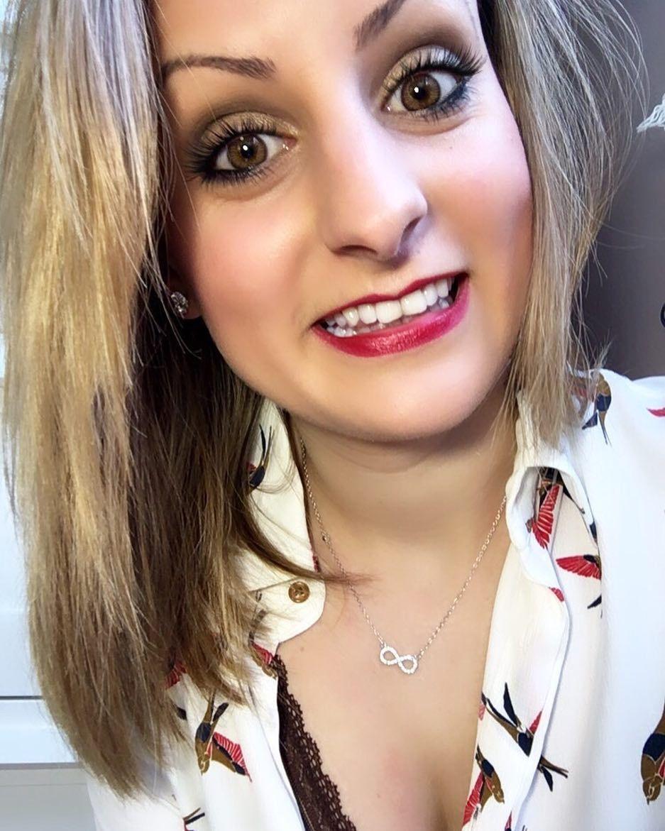 Dejame un pintalabios rojo. Que hoy me como el mundo y quiero dejar huella  #weekend #redlips #makeup #makeuplover #makeupaddict by crispitinaa