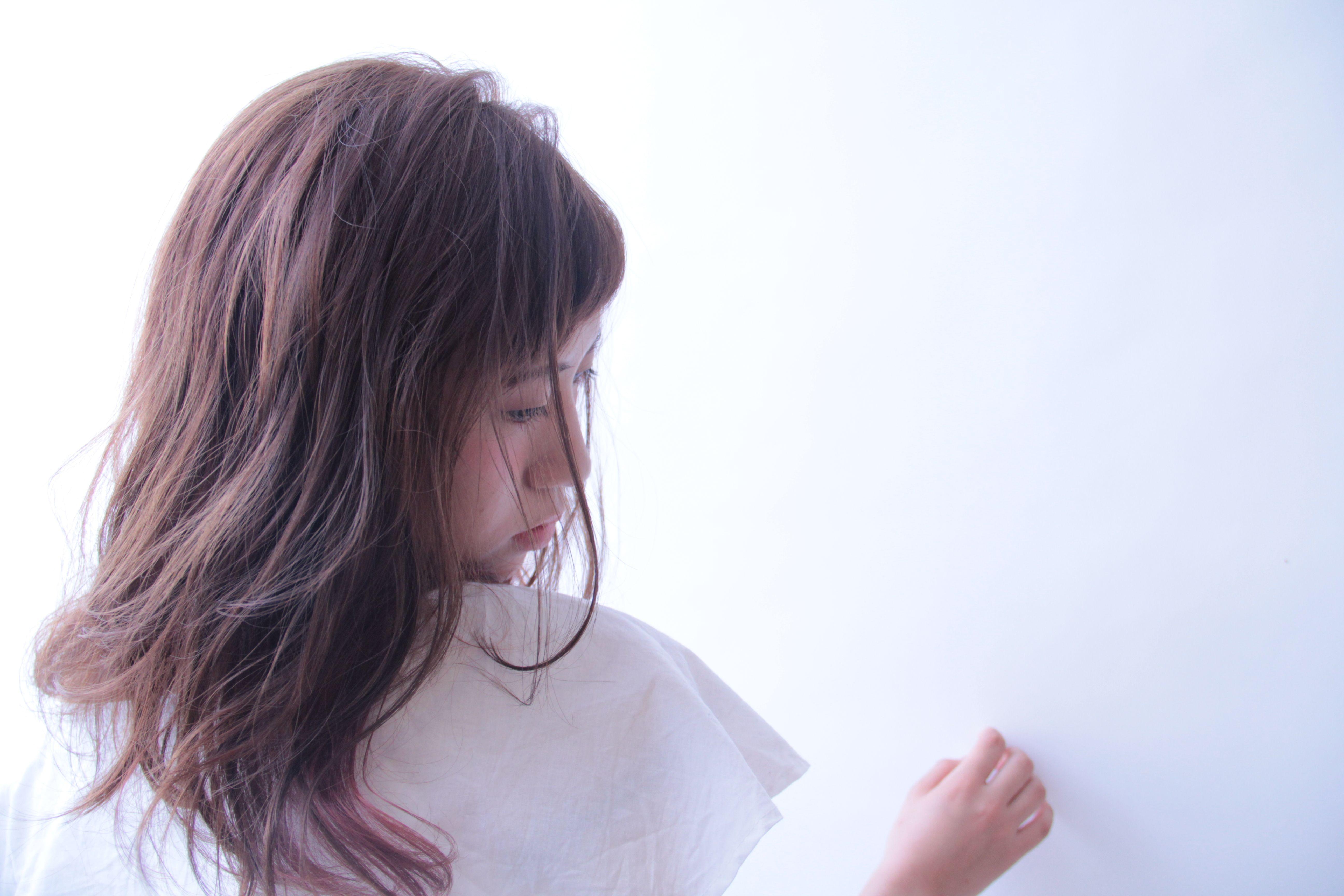 ピンクグレージュがかわいい ルーズな質感の髪に色で遊びを