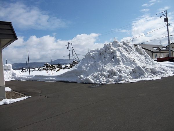 女生宿舍旁的雪堆