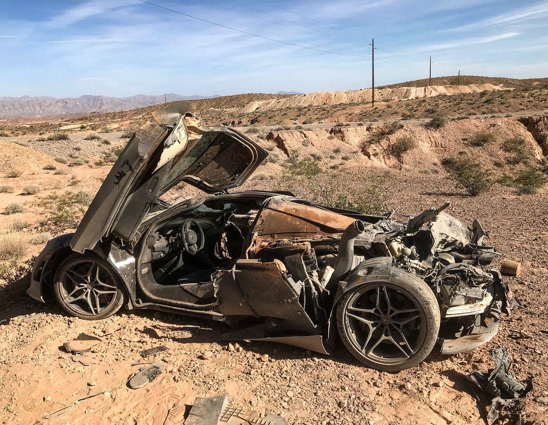 Un Grupo De Youtubers Hallo Un Mclaren 720s Abandonado En El Desierto De Las Vegas Y Quedo Sorprendido Al Observar Su Impresi Car Crash Mclaren Super Fast Cars