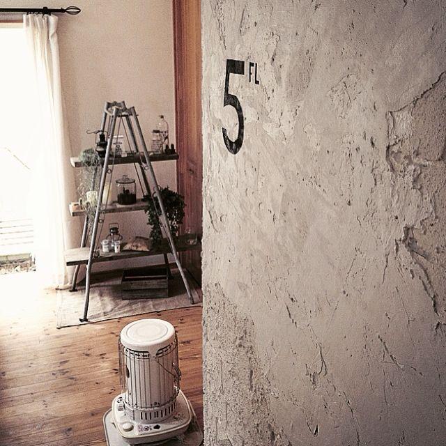 壁 天井 階段からの眺め ステンシル セメント塗り塗りしました 発泡