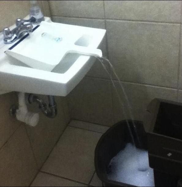 """O balde não cabe dentro da pia? Use uma pá para """"transportar"""" a água até ele."""