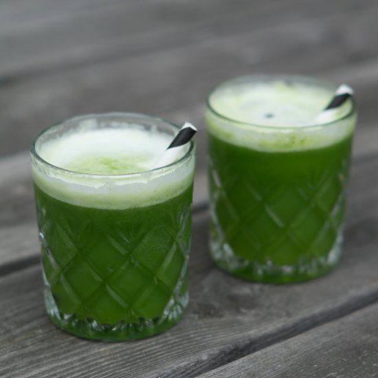 Green juice with pineapple, spinach, lime and lots of fresh ginger. (in Danish with translator)