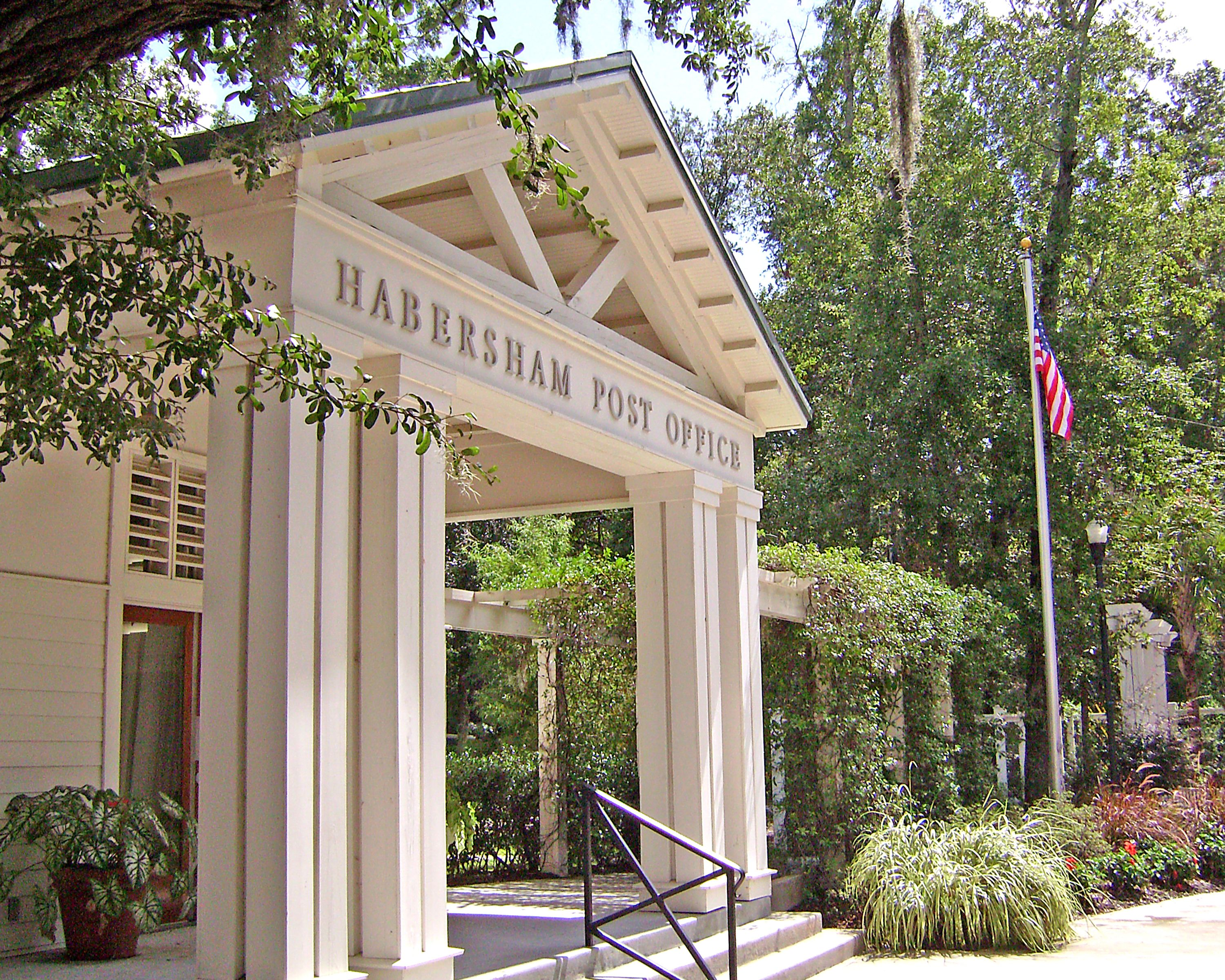 The Habersham Post Office, located in the Habersham Marketplace, gives residents a convenient location to pick up their mail while greeting neighbors or grabbing some take out from their favorite restaurant!