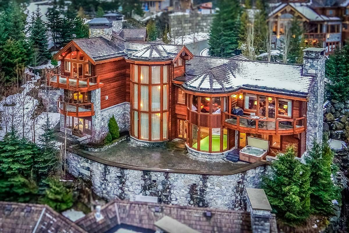 Check out this amazing Luxury Retreats  property in Whistler (BC), with 5 Bedrooms and a pool. Browse more photos and read the latest reviews now.