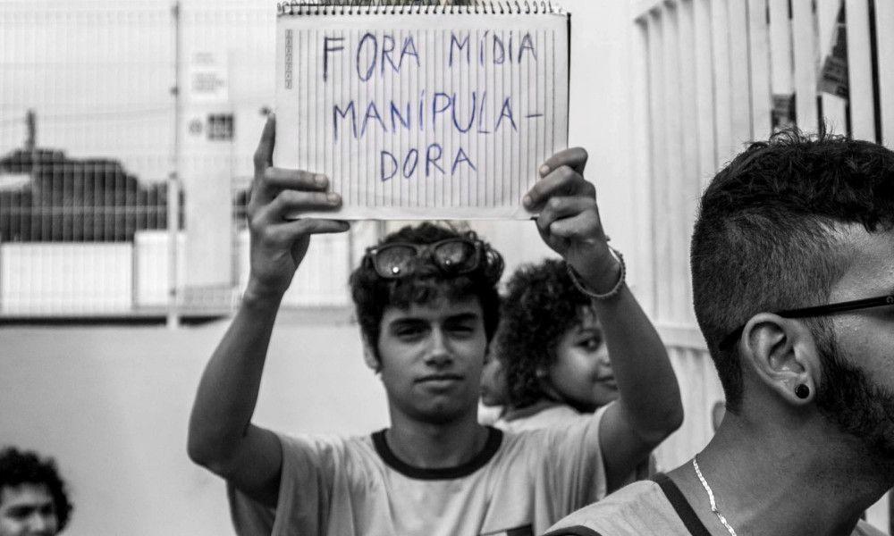 Secundaristas do Rio de Janeiro ignoram o binarismo eleitoreiro e lutam pela pauta da Educação - Mídia Coletiva