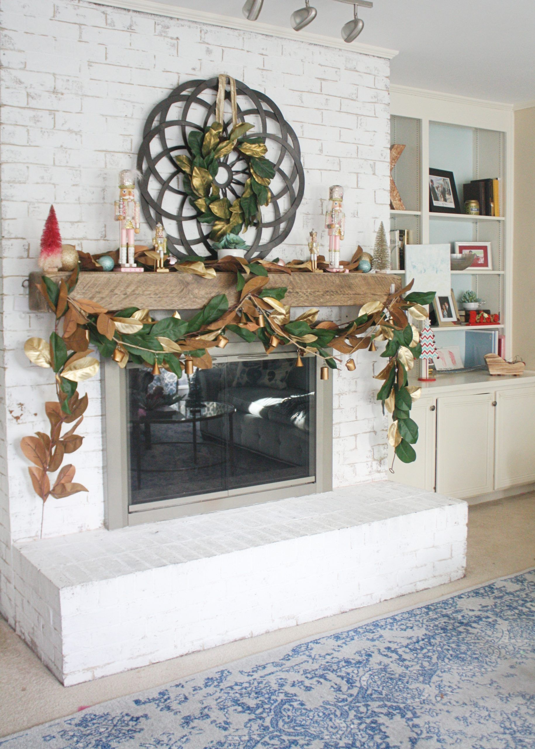 Minimal Christmas Decor Tips #magnoliachristmasdecor Minimal Christmas Decor Tips without compromising style! Get more ideas on www.sarahsofiaproductions.com #christmas #christmasdecor #christmastree #christmasdecoration #holiday #holidaydecor #holidaydecorating #diy #diyhomedecor #magnolia #gold #magnoliachristmasdecor