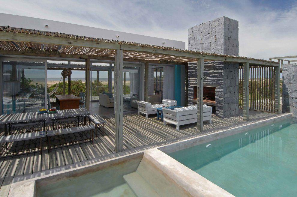 Casa a rayas by martin gomez architects punta del este for Casa minimalista uy
