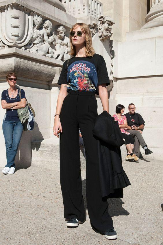 Percebi que as mulheres no exterior têm usado bastante calça pantalona com tênis. Esta é uma combinação estilosa
