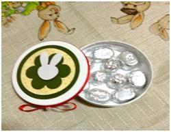 Lata decorada com scrapbook contém  bombons maciços (10 unidades). Chocolate Belga R$ 34,80