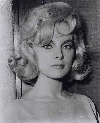 Virna Lisi é attrice. Lei é molto bella e lei ha capelli biondi e occhi azzurri. Lei ha molto bene 1960s capelli.