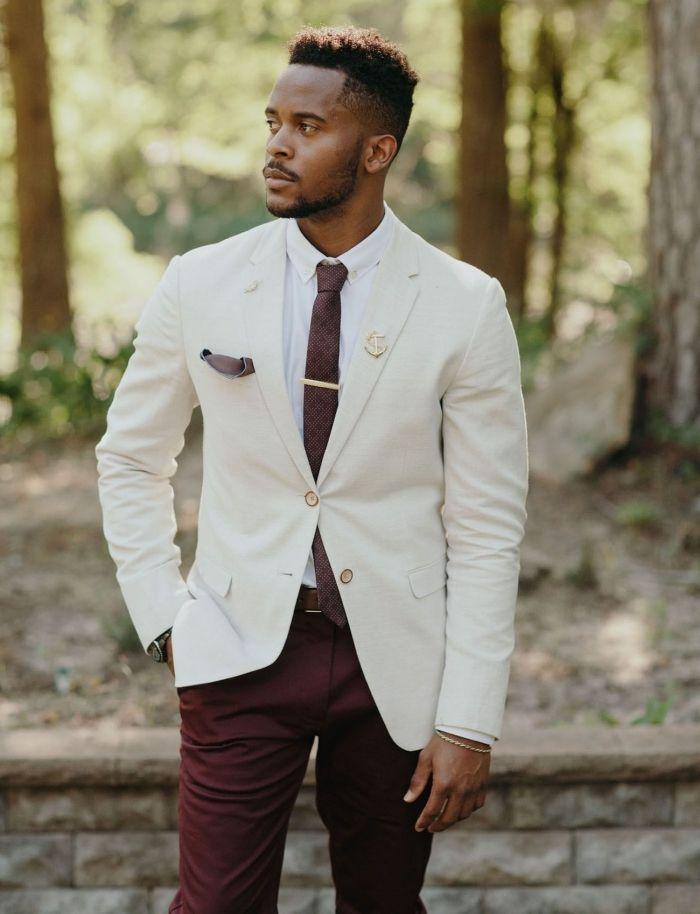 un costume mariage homme chic de style moins formel avec une veste et un  pantalon dépareillés harmonisé par le choix d une cravate bordeaux qui  reprend la ... 0a98846ea51