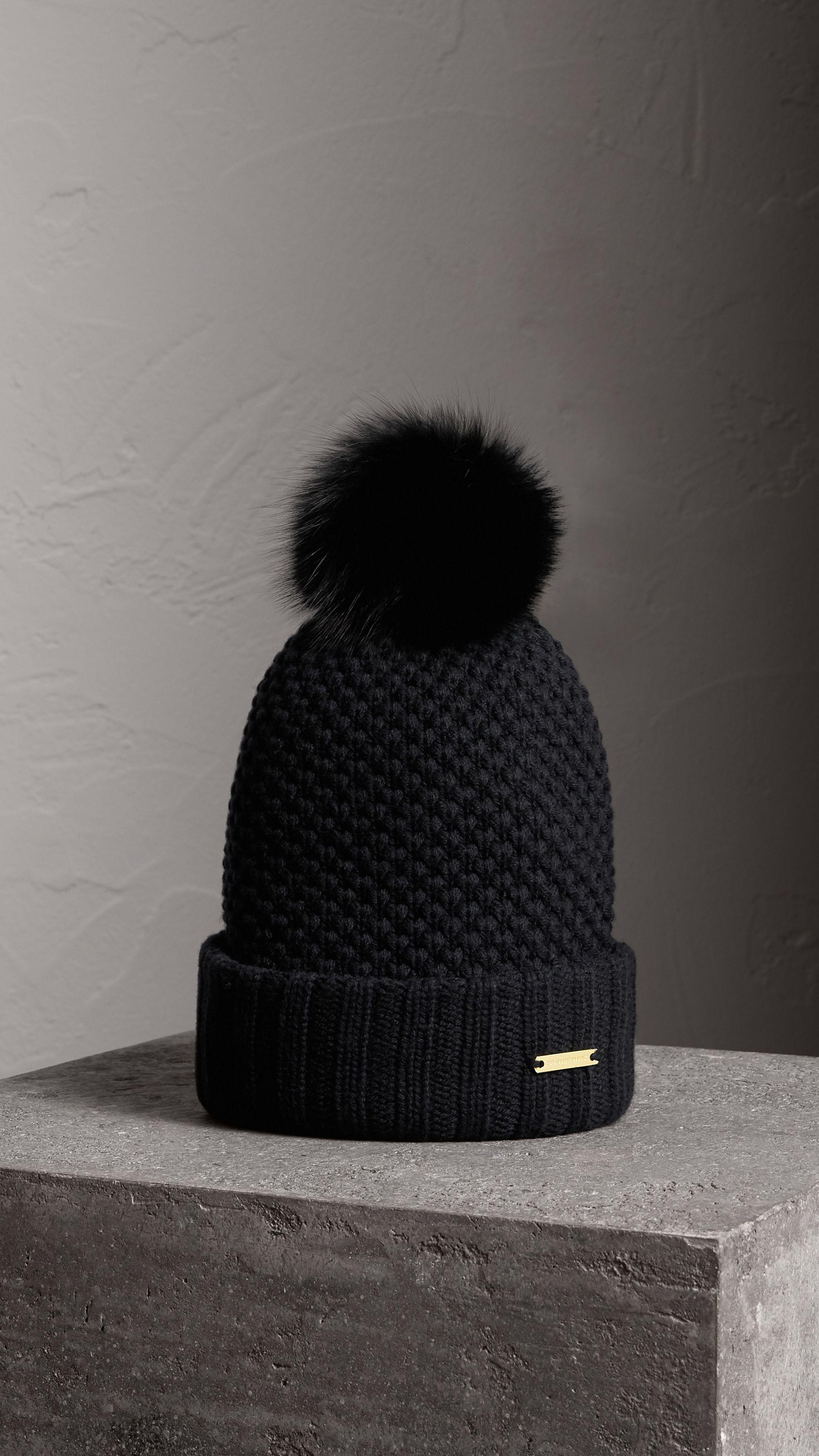 Bonnet avec pompon en fourrure (Noir) - Femme   Burberry   Bonnet ... 1e9f6f5ba7e