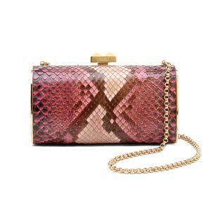 Pochette in pelle stampa cocco con tracolla a catena (P/E 2012) - http://www.glamour.it/look/look-495-nuova-borghesia#