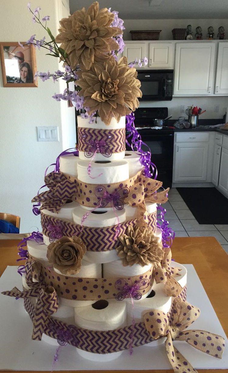 Aussergewohnliche Torte Mit Leinenbandern In Beige Und Lila Verzieren Toilettenpapier Kuchen Toilettenpapier Einweihungsparty Geschenke