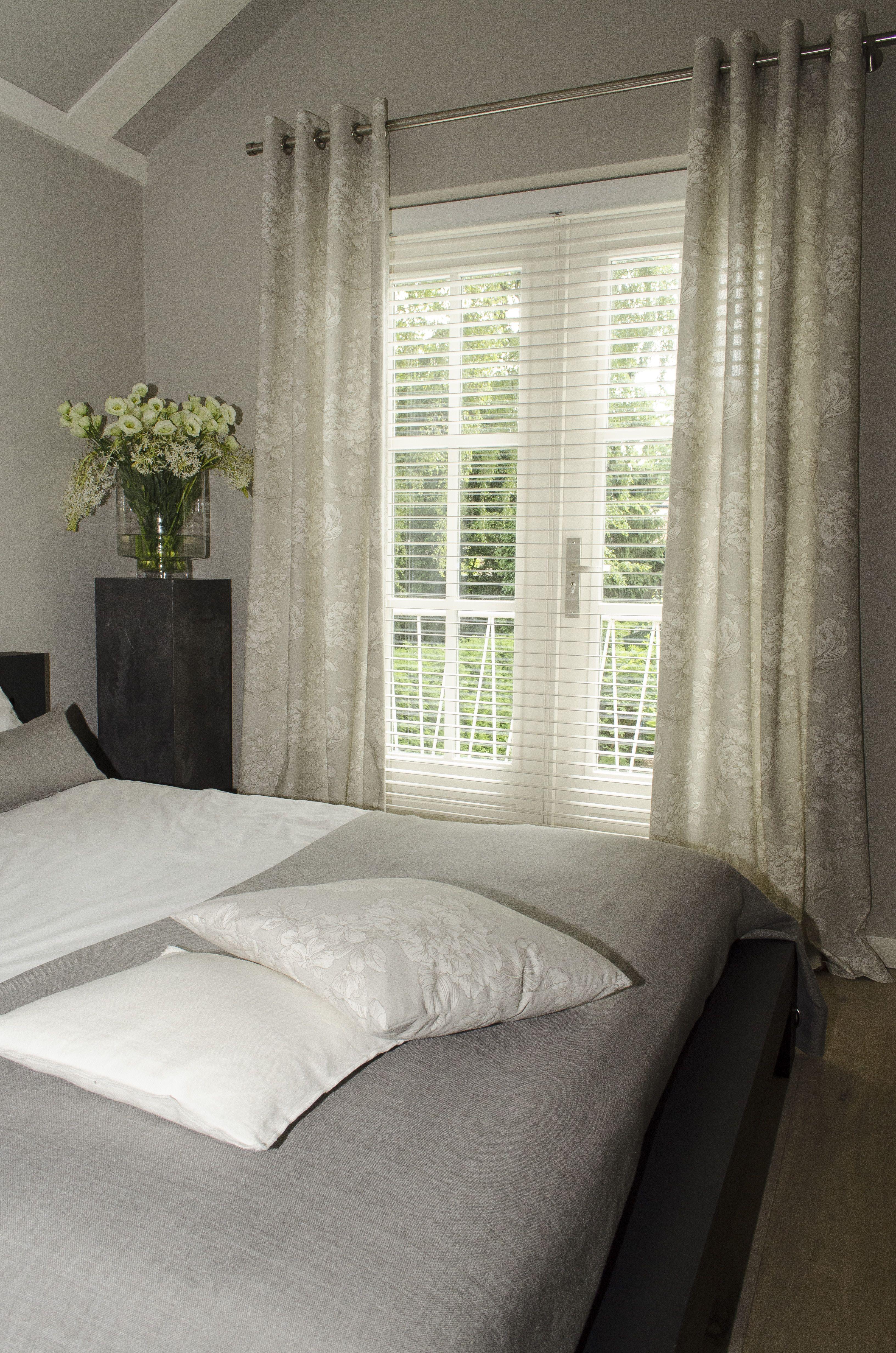 Leuke gordijnen voor je slaapkamer. Stoere stof met bloemen motief ...