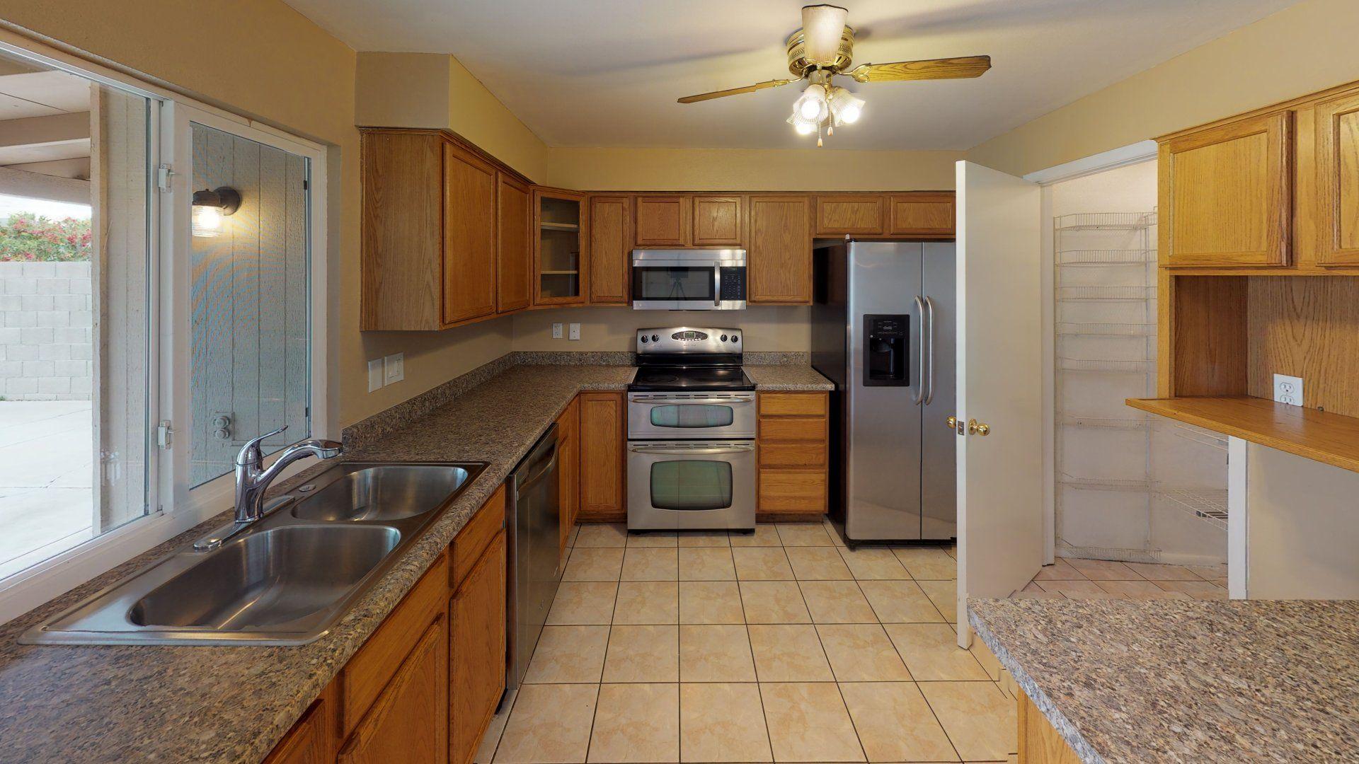 Explore 9628 N 56th Ave Glendale Az 85302 In 3d Glendale Az Glendale Kitchen Cabinets