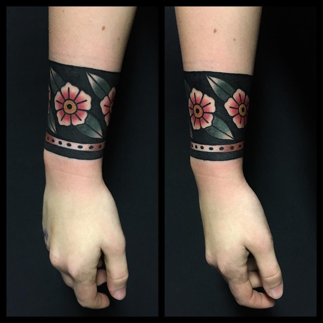 Not crazy about this particular tattoo, but am digging the STYLE ... - Armreif Tattoo